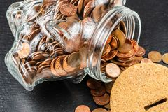 Grande salvadanaio del porcellino salvadanaio, barattolo di vetro dei soldi con le monete britanniche immagini stock libere da diritti
