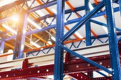 Grande scaffalatura del metallo del magazzino Immagine Stock