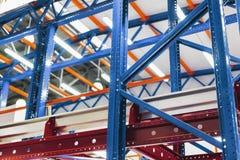 Grande scaffalatura del metallo del magazzino Immagini Stock