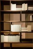 Grande scaffale di legno semplice con i libri in bianco Fotografia Stock