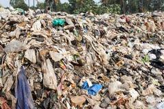 Grande scarico di rifiuti dalla strada ad area vivente Immagine Stock