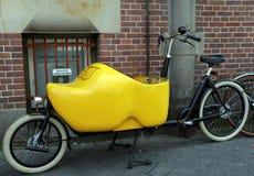 Grande scarpa di legno su una bicicletta di trasporto fotografia stock libera da diritti