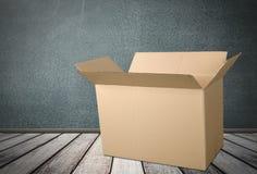 Grande scatola di cartone marrone su fondo di legno Fotografia Stock