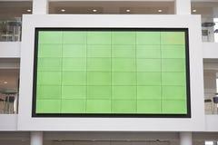 Grande schermo, monitor di avoirdupois, in un atrio dell'ingresso dell'università fotografie stock libere da diritti
