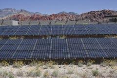 Grande schiera solare sul parkland federale degli Stati Uniti. Fotografie Stock