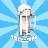 Grande schizzo della tazza di birra con il manifesto del nastro di Oktoberfest royalty illustrazione gratis