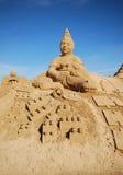 Grande sculpture en sable d'enfant espiègle dans Algarve, Portugal Images stock