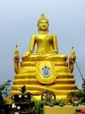 Grande scultura buddista dorata in Tailandia fotografia stock