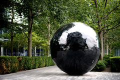 Grande scultura nera della sfera sulla banca del Th del fiume Immagine Stock Libera da Diritti