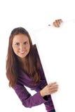 Grande segno in bianco sorridente della giovane holding femminile Fotografia Stock Libera da Diritti