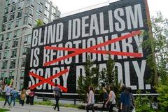 Grande segno dal lato di costruzione sull'alta linea in New York Fotografie Stock Libere da Diritti