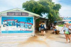 Grande segno del caffè con i saluti dal messaggio e dal turista di Key West Immagini Stock