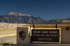 Grande segno del parco nazionale delle dune di sabbia immagini stock