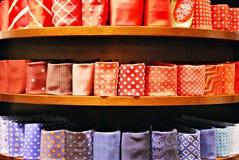 Grande selezione dei legami nel negozio di vestiti del ` s degli uomini Immagine Stock Libera da Diritti