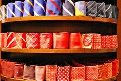 Grande selezione dei legami nel negozio di vestiti del ` s degli uomini Immagine Stock