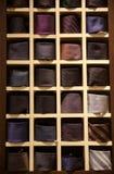 Grande selezione dei legami nel negozio di vestiti del ` s degli uomini Fotografie Stock Libere da Diritti