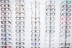 Grande selezione dei telai per gli occhiali sullo scaffale Immagini Stock Libere da Diritti