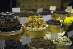 Grande selezione delle caramelle di cioccolato sul contatore del mercato Fotografia Stock