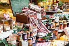 Grande selezione di salame e di inceppamento Foto contenuta un segno della via immagine stock