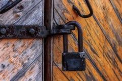 Grande, serratura d'attaccatura arrugginita e molto vecchia fotografia stock libera da diritti