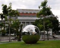 Grande sfera metallica davanti all'hotel di Fullerton a Singapore immagini stock libere da diritti