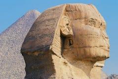 grande sfinge con la piramide nei precedenti a Giza, Egitto Fotografie Stock Libere da Diritti