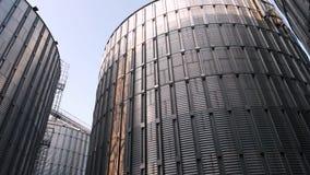Grande silo de grão para armazenar a cevada vídeos de arquivo