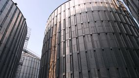 Grande silo di grano per la conservazione dell'orzo video d archivio