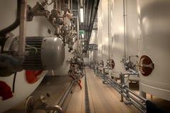 Grande silos bianco industriale in fabbrica moderna Fotografie Stock Libere da Diritti