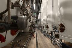 Grande silos bianco industriale in fabbrica moderna Immagini Stock Libere da Diritti