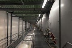 Grande silos bianco industriale in fabbrica moderna Immagine Stock Libera da Diritti