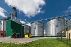 Grande silos d'acciaio per la conservazione orzo e del grano Fotografia Stock