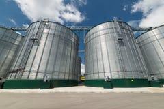 Grande silos d'acciaio per la conservazione orzo e del grano Fotografia Stock Libera da Diritti