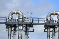Grande silos del metallo in una fabbrica industriale Immagine Stock