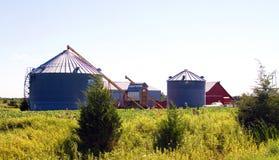 Grande silos e granaio rosso nel Midwest Fotografie Stock Libere da Diritti