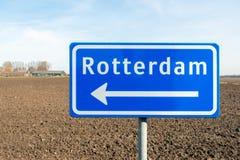 Grande sinal azul com uma seta branca na direção de Rotterdam fotografia de stock royalty free