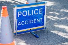 Grande sinal do acidente da polícia na estrada ao lado de dois cones do tráfego Foto de Stock Royalty Free