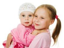 Grande soeur, étreindre de petite soeur Images stock