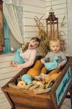 Grande soeur et son petit frère Image stock