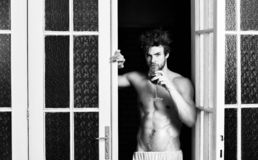 Grande soir?e commen?ante Homme avec du vin sexy de boissons de torse Corps sexy de c?libataire Le macho attirant sexy a ?bouriff images stock