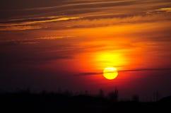 Grande sole luminoso sul cielo con i colori giallo arancione di pendenza fotografia stock libera da diritti