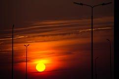 Grande sole luminoso sul cielo con i colori giallo arancione di pendenza immagini stock libere da diritti