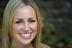 Grande sorriso degli occhi azzurri fotografia stock