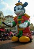 Grande souris de Mickey gonflable debout dans le défilé Photographie stock libre de droits