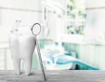 Grande specchio del dentista e del dente, concetto medico fotografie stock libere da diritti