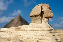 Grande Sphinx no fundo da pirâmide em Egipto imagem de stock