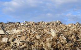Grande spreco di demolizione della montagna di particelle elementari ed acciaio Fotografia Stock