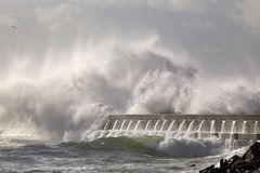 Grande spruzzata dell'onda del mare sopra il pilastro Fotografia Stock Libera da Diritti