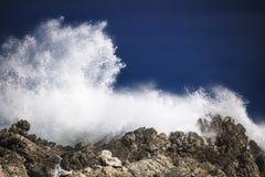 Grande spruzzata di schianto tempestosa drammatica delle onde Kleinmond, la Provincia del Capo Occidentale, Sudafrica fotografia stock libera da diritti