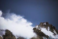 Grande spruzzata di schianto tempestosa drammatica delle onde Kleinmond, la Provincia del Capo Occidentale, Sudafrica fotografie stock libere da diritti
